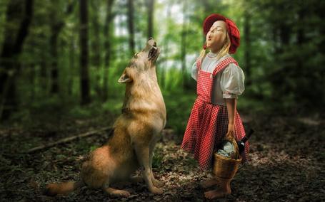 Фото Красная шапочка и волк поют дуэтом