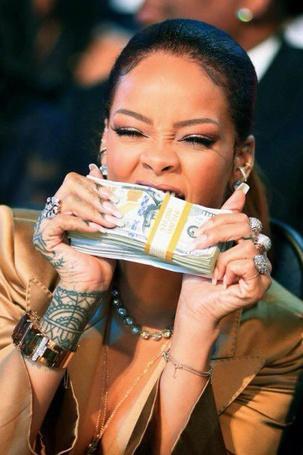 Фото Фото Певица Rihanna / Рианна кусает пачку денег