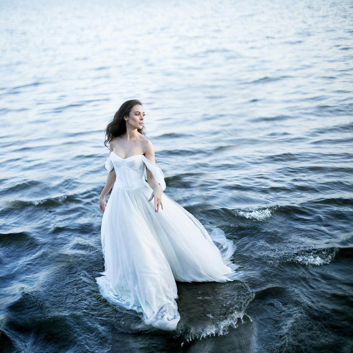 Фото Работа Бегущая по волнам, девушка в белом платье стоит на воде, фотограф Екатерина Ромакина
