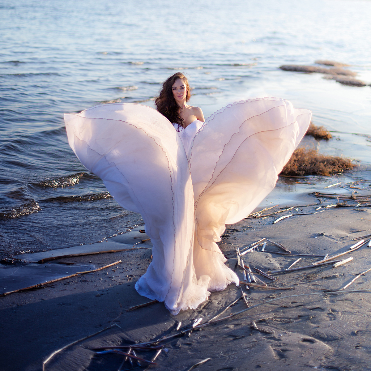 Фото Девушка в белом платье стоит на воде, работа Лебедь, фотограф Екатерина Ромакина