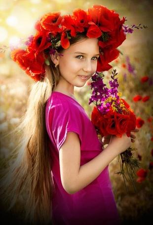 Фото Девочка с венком из красных маков на голове и с букетом из красных маков и сиреневых цветов в руках. Визаж Анастасия Комарова