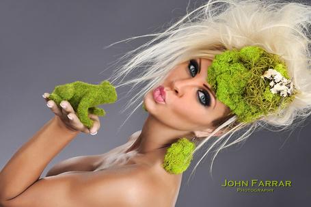 Фото Гламурная девушка с зеленой лягушкой в руке / John Farrar Photography/