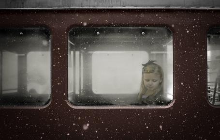 Фото Девочка сидит в электричке у окна