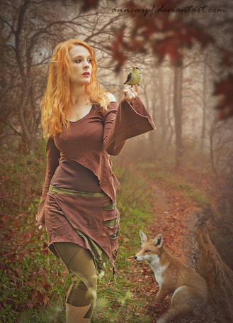 Фото Девушка-эльф, на руке которой сидит птица, и лиса в осеннем лесу, работа annewipf