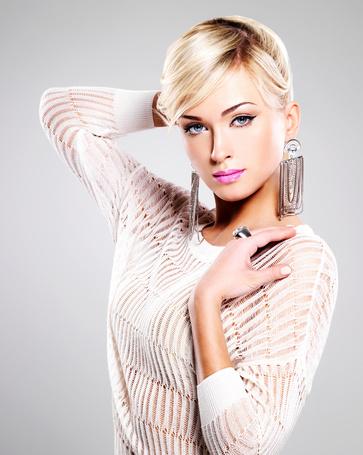 Фото Блондинка в красивой бижутерии