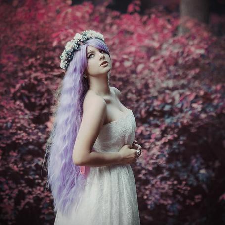 Фото Девушка с сиреневыми волосами и венком на голове