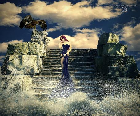 Фото На лестнице, об которую бьют волны стоит грустная девушка в сопровождение орла. Автор Малышев Владимир