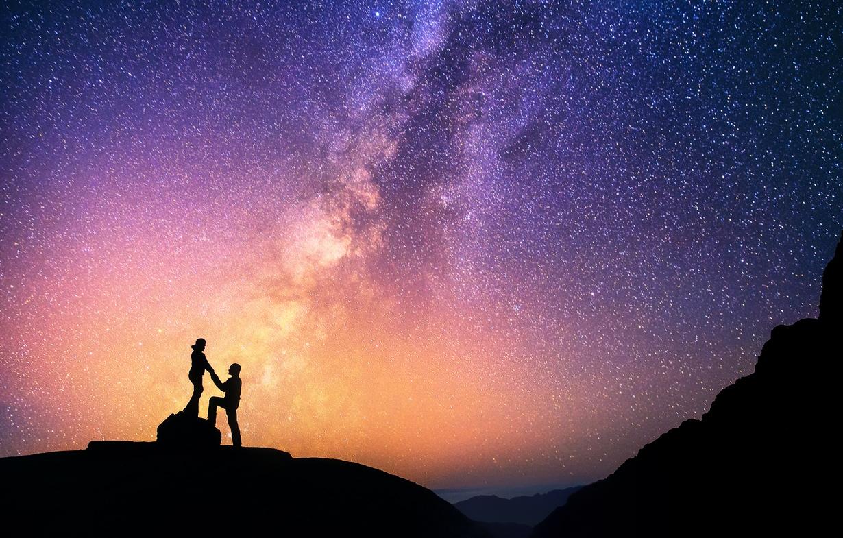 Парень с девушкой на фоне звездного неба фото