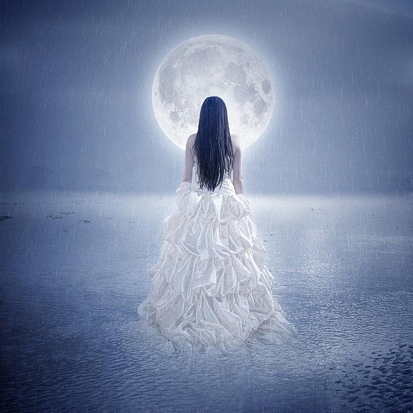 Фото Девушка с распущенными темными волосами, в длинном белом платье, стоит под дождем посреди воды и смотрит на огромную Луну на небе, by Corvinerium