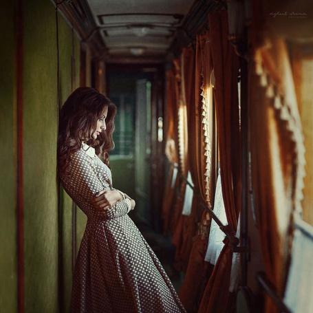Фото Стоящая в коридоре вагона девушка, фотограф Ирины Джуль