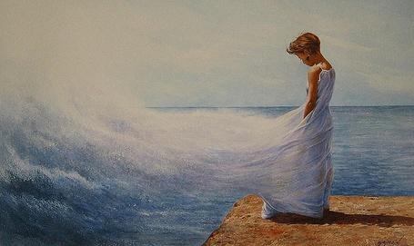 Фото Девушка стоит на пирсе и ее длинное белое платье развеваемое ветром, переходит в брызги морских волн, художник-иллюстратор Жиль Гримо / Gilles Grimoin/