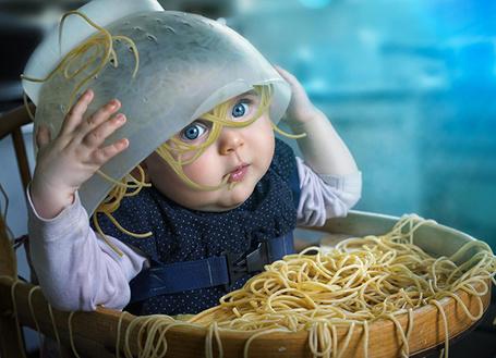 Фото Малыш не хочет есть спагетти