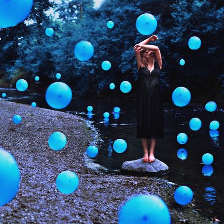 Фото Девушка среди голубых воздушных шаров, by Glenda Lissette