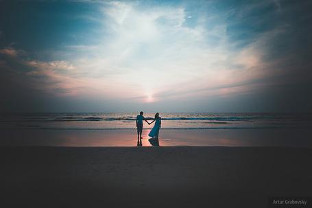 Фото Вечер, парень и девушка стоят, взявшись за руки, на берегу моря, фотограф Артур Грабовский