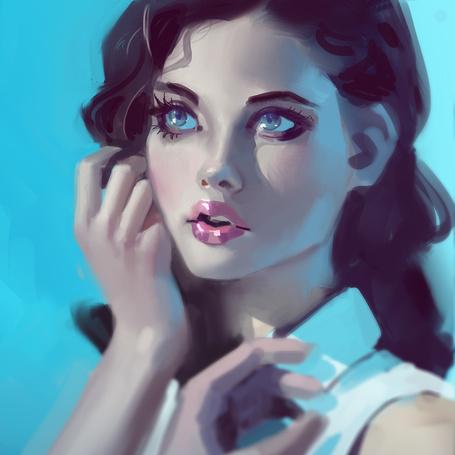 Фото Темноволосая девушка на голубом фоне
