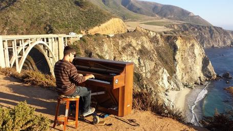 Фото Бродячий музыкант Дотан Негрин в одной из стран мира
