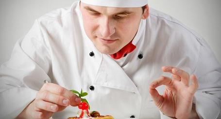Фото Кулинар любовно завершает свое творение