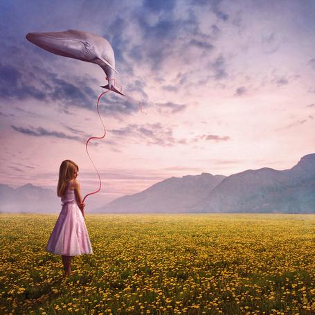 Фото Девочка держит за веревочку кита