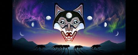 Фото Стая волков идет по заснеженной пустыне на фоне неба с северным сиянием в виде образов волков, множества лун и большим изображением морды волка, by jocarra