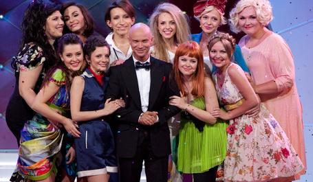 Фото Команда клуба Comedy women и Дмитрий Хрусталев стоят на сцене взявшись за руки и тесно прижавшись друг к другу