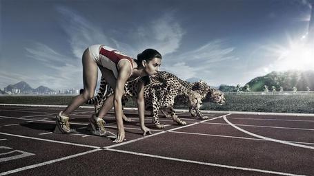 Фото Девушка на беговой дорожке готовится к старту с гепардами