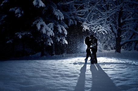 Фото Пара в зимнем лесу