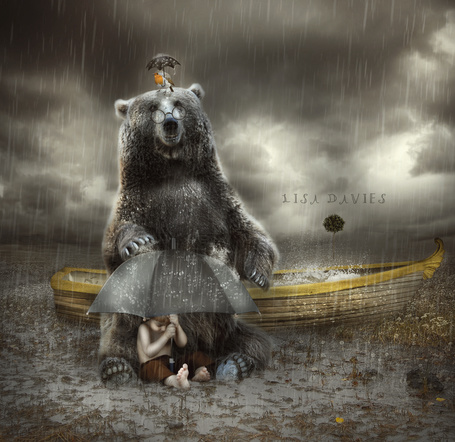 Фото С птичкой на голове, раскрывшей над собой зонтик, под проливным дождем огромный бурый медведь в очках сидит на борту лодки, заполненной водой, у его ног сидит маленький мальчик под раскрытым зонтом, ву LISA DAVIES