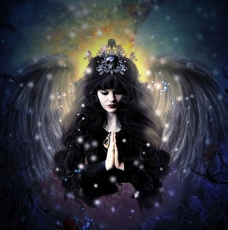 Фото Девушка - черный ангел, с украшениями на голове в виде черепа, сложила руки перед собой и закрыла глаза, by MelieMelusine
