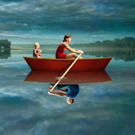 Фото Девушка в лодке с девочкой, а в отражении воды за веслам сидит мужчина, польский художник-иллюстратор Игорь Морски