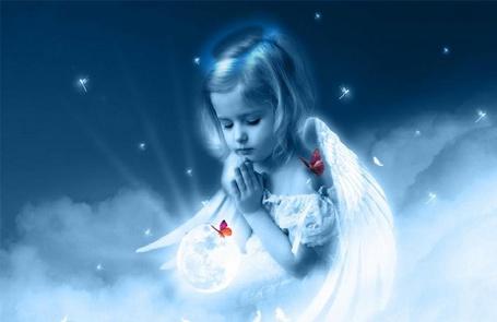 Фото Девочка - ангел молится на небесах
