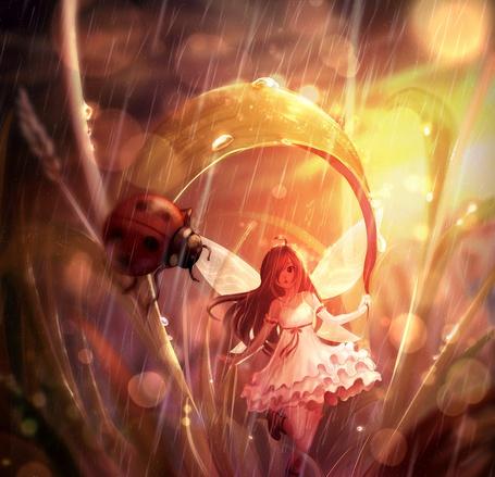 Фото Девочка с крылышками стоит под стеблем, где сидит божья коровка, на них капает дождь, by jurrig