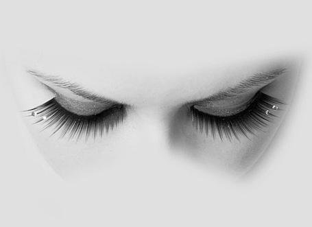 Фото Прикрытые глаза девушки с каплями на ресницах