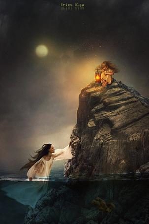 Фото Девушка подплыла к скале, на которой сидит маленькая девочка с фонарем в руке, уронившая в воду плюшевого медвежонка, by brietolga