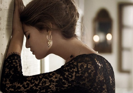 Фото Модель Bianca Balti облокотилась лбом о стену, ву Giampaolo Sgura