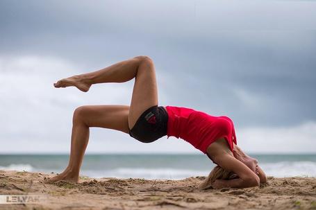 Фото Девушка занимается на песке, ву Konstantin Lelyak