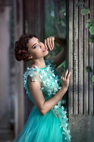 Фото Девушка в светло-бирюзовом платье стоит у колонны, фотограф Светлана Бойнович модель Рита Фещенко