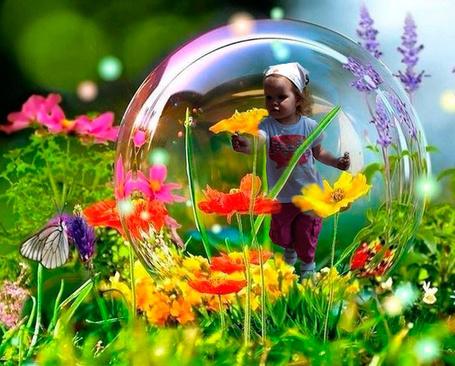 Фото Девочка бежит по цветочному полю внутри мыльного пузыря