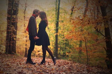 Фото Влюбленная пара на фоне осенней природы