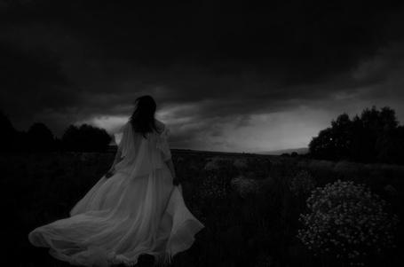 Фото Девушка в белом платье стоит в поле на фоне неба, by Soulpics