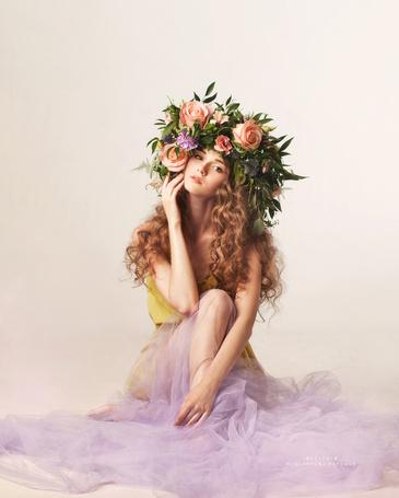 Фото Девушка в цветочном венке сидит на полу, фотограф Меньтюгова Наталья