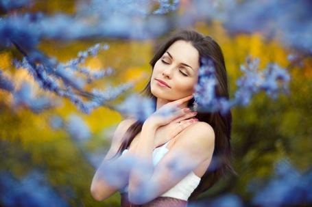 Фото Девушка стоит у ветки цветущего дерева, закрыв глаза и сложив руки у лица, модель Лилия Кан, фотограф Bogdan Popravko