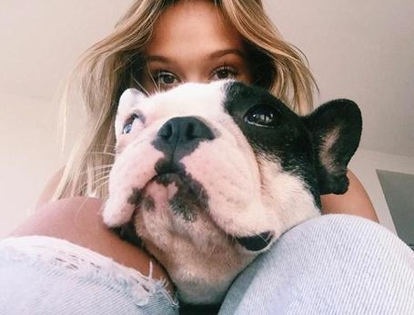 Фото Алексис Рен / Alexis Ren с собакой