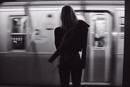 Фото Алексис Рен / Alexis Ren стоит напротив проезжающего поезда