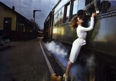 Фото Расставание пары у отходящего поезда