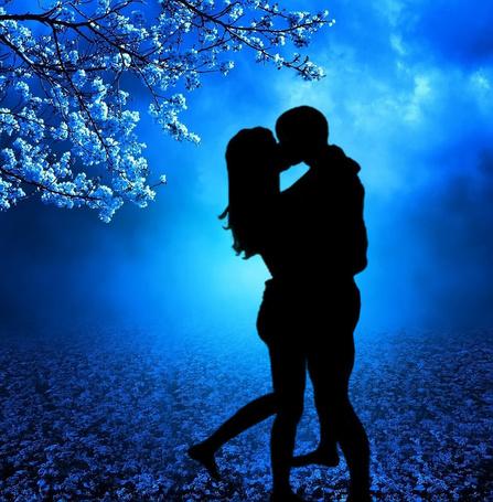 Фото Пара влюбленных ночью под деревом