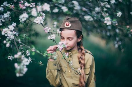 Фото Девочка в военной форме стоит под цветущим деревом, фотограф Артур Язубец