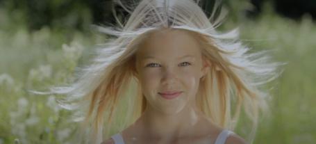 Фото Белокурая девочка с развевающимися волосами / Эллен в рекламе шампуня из фильма Йорген + Анна = правда