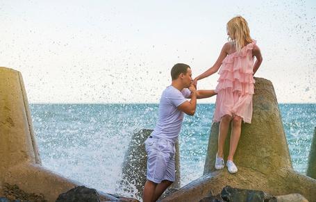 Фото Парень целует девушке руку, ву Константин Lelyak