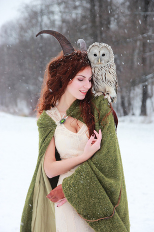 Фото Рогатая девушка с совой на плече
