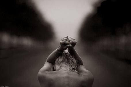 Фото Девушка держит руки на голове, by StefanBeutler